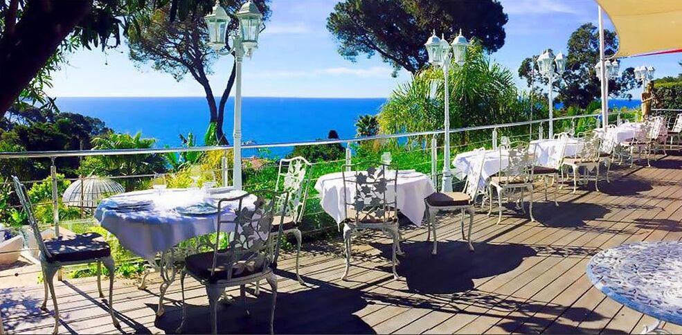 terrazza di un hotel con vista sul mare nel sud della francia